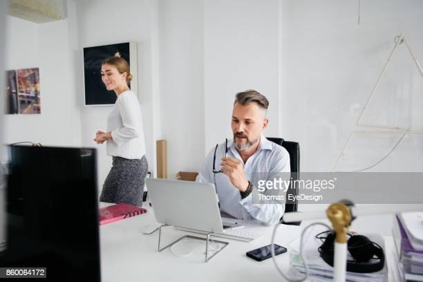 Mann am Schalter In helle, moderne Büroflächen