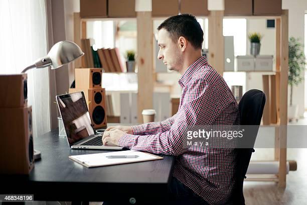 Mann arbeitet im Büro.