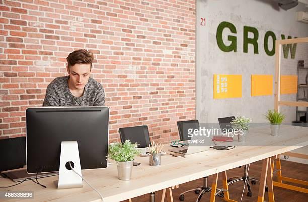 Homme travaillant sur bureau moderne.