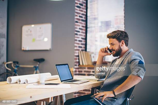 Homem trabalhando no escritório moderno.