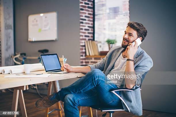 Uomo che lavora in ufficio moderno.