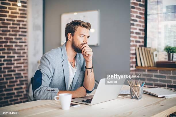 Hombre trabajando en oficina moderna.