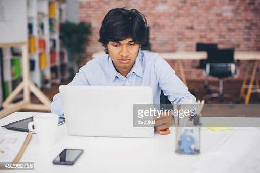 Homme travaillant sur bureau moderne photo getty images