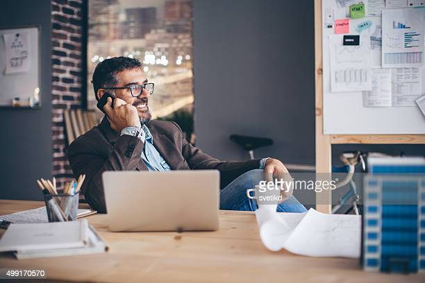 Mann arbeitet im modernen Büro.