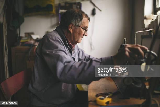 Homme travaillant à la machine à coudre