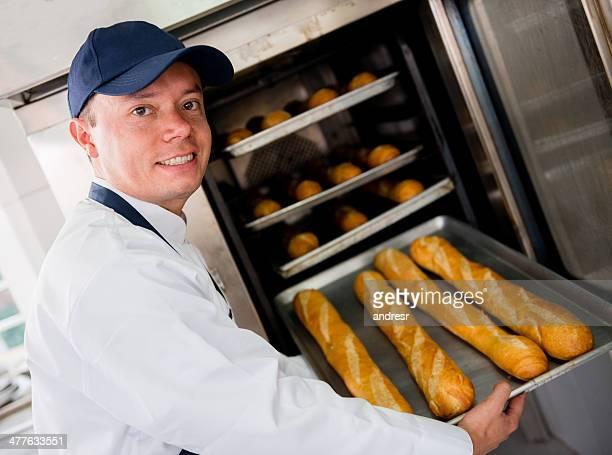 Homme travaillant dans la boulangerie