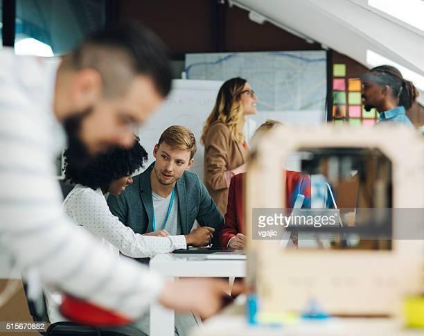 働く男性には、3 D プリンターを企業のオフィスがございます。