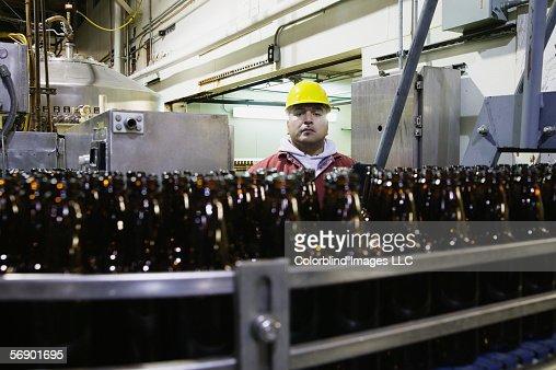 Man working in bottling plant : Foto stock
