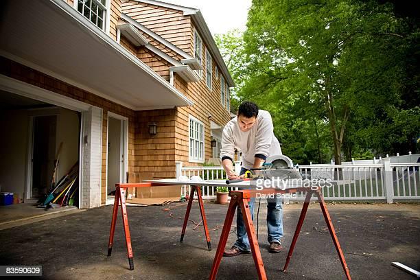 Homme travaillant dans l'allée de l'hôtel