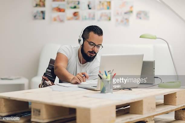 働く男性彼のレコーディングスタジオます。