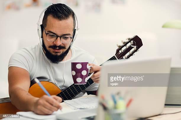 Uomo al lavoro nel suo Studio di registrazione.