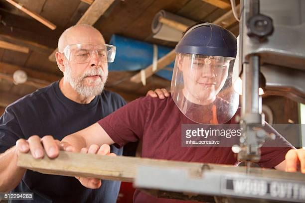 Homme travaillant dans son atelier aider pour l'utilisation de scie