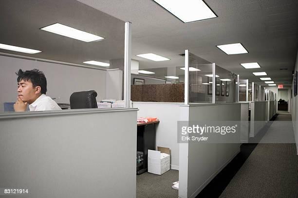 Uomo che lavora in ufficio