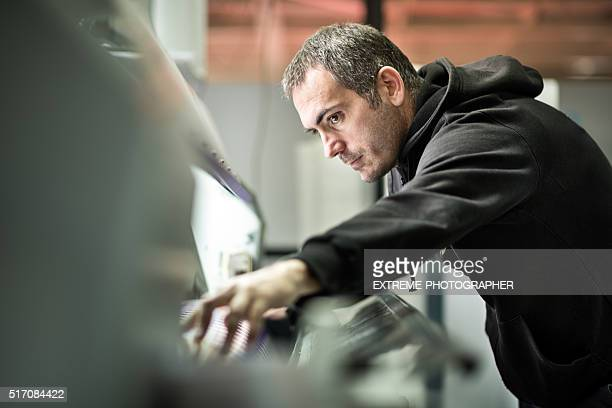 Mann arbeiten mit riesigen Drucker