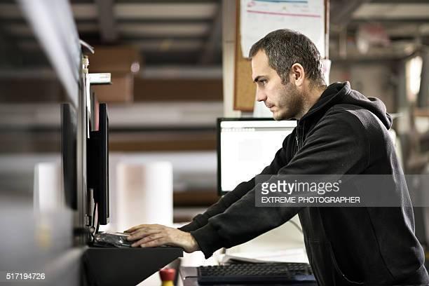 Mann arbeiten mit industriellen Drucker