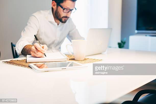 Homme travaillant avec ordinateur portable à la maison