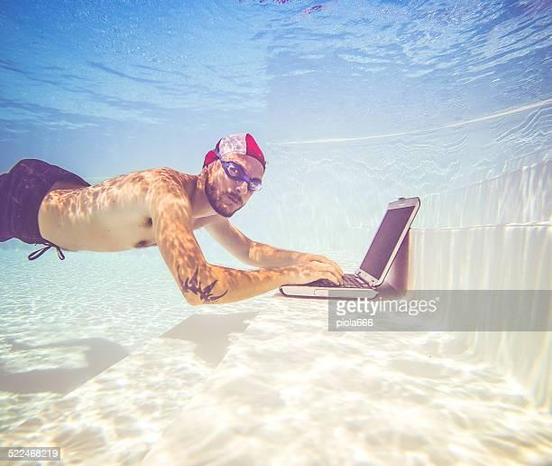 Hombre trabajando con una computadora portátil, sumergible