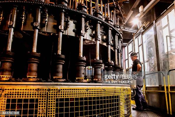 A man works at the glass making company arc international for Arc decoration arques