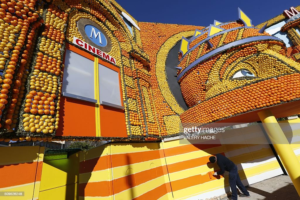 A man works on an installation decorated with oranges and lemons in Menton on the French Riviera on February 11, 2016, ahead of the start of the 'Fete du Citron' (Lemon Festival). The theme of this 83rd edition, running from February 13 until March 2, 2016, is called 'Cinecitta'. / AFP / VALERY HACHE