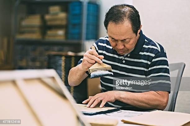 Uomo funziona sul prodotto di artigianato in legno