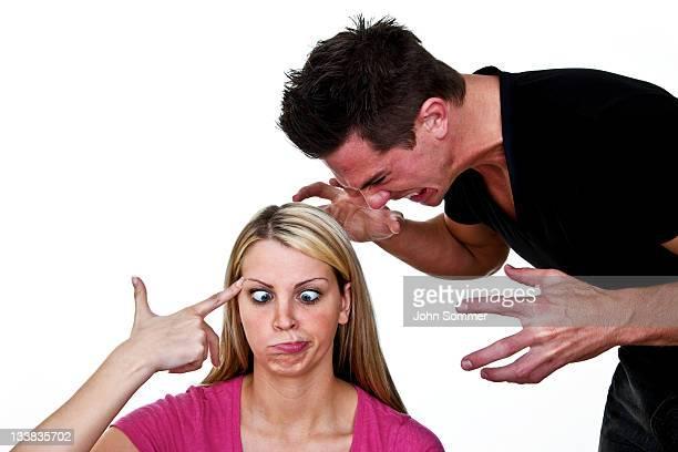 Lustige Frau mit Schreien an Mann