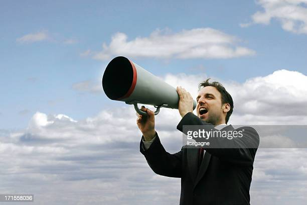 Homem yelling mínimos de um Megafone II