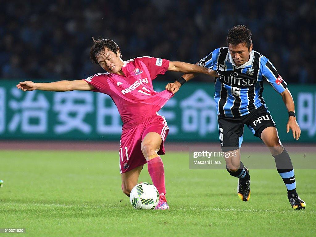 Manabu Saito #11 of Yokohama F.Marinos and Yusuke tasaka #6 of Kawasaki Frontale compete for the ball during the J.League match between Kawasaki Frontale and Yokohama F.Marinos at the Todoroki Stadium on September 25, 2016 in Kawasaki, Japan.