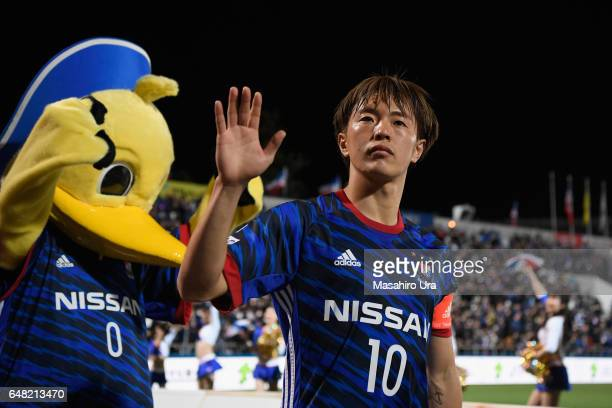 Manabu Saito of Yokohama FMarinos applauds supporters after the JLeague J1 match between Yokohama FMarinos and Consadole Sapporo at Nippatsu...
