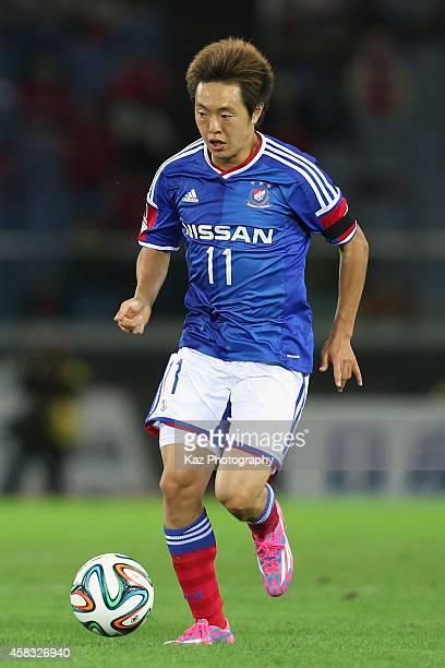 Manabu Saito of Yokohama FMarinos in action during the JLeague match between Yokohama FMarinos and Urawa Red Diamonds at Nissan Stadium on November 3...