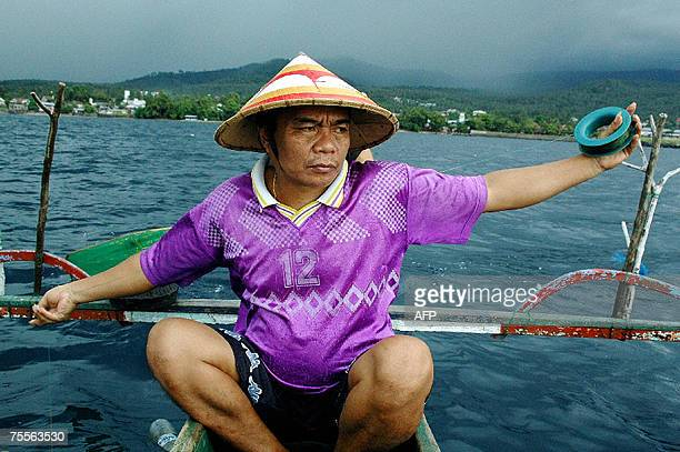Goes with French story 'Indonesieenvironnementmeranimauxzoologie' by Ronan BOURHIS This picture taken 27 June 2007 shows Indonesian fisherman...