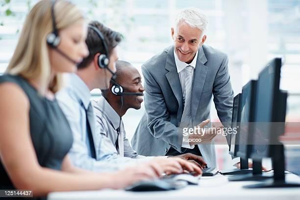 Manager, die die Arbeit seiner Mitarbeiter