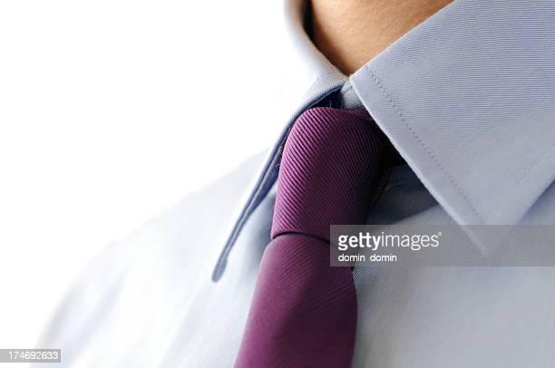 Responsable, gros plan de Lilas cravate et chemise bleue, isolé blanc