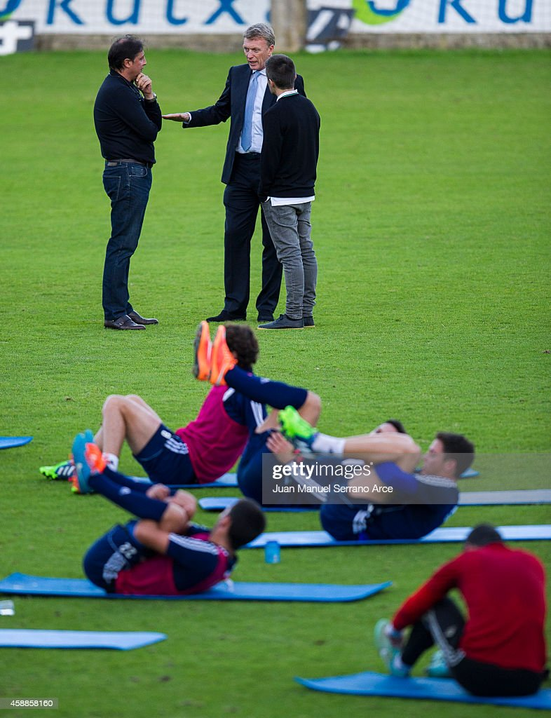 Manager David Moyes (C) talks with director general Lorenzo Juarros (L) during a Real Sociedad training session at the Zubieta training ground on November 12, 2014 in San Sebastian, Spain.