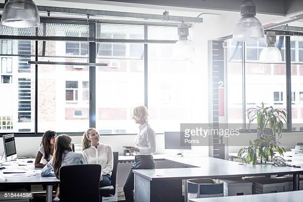Manager sprechen mit Führungskräften in hellen Büro