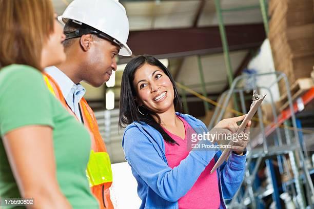 Manager traverser l'inventaire des travailleurs dans l'Entrepôt de distribution