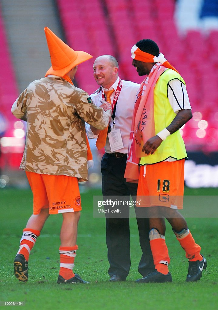 Manager Ian Holloway celebrates with winning goalscorer Brett Ormerod and Jason Euell of Blackpool after the Coca Cola Championship Playoff Final...