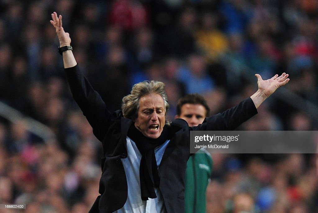 Manager <a gi-track='captionPersonalityLinkClicked' href=/galleries/search?phrase=Jorge+Jesus&family=editorial&specificpeople=686973 ng-click='$event.stopPropagation()'>Jorge Jesus</a> of Benfica reacts during the UEFA Europa League Final between SL Benfica and Chelsea FC at Amsterdam Arena on May 15, 2013 in Amsterdam, Netherlands.