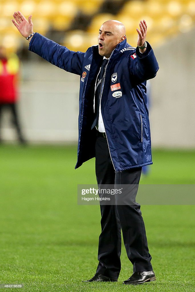 Manager <a gi-track='captionPersonalityLinkClicked' href=/galleries/search?phrase=Kevin+Muscat&family=editorial&specificpeople=242953 ng-click='$event.stopPropagation()'>Kevin Muscat</a> of the Victory talks to his team during the round 27 A-League match between Wellington Phoenix and Melbourne Victory at Westpac Stadium on April 12, 2014 in Wellington, New Zealand.
