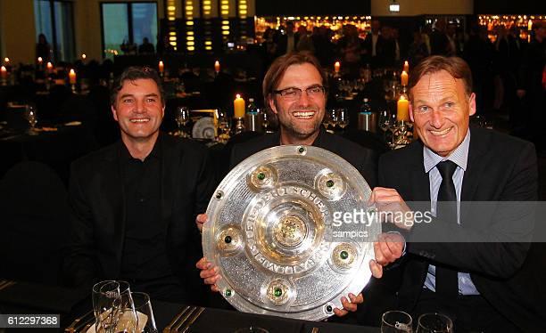 Manager Michael Zorc Trainer Jürgen Juergen Klopp Borussia Dortmund und Hans Joachim Watzke mit Meisterschale Fussball Saison 2011 / 12 1 Bundesliga...