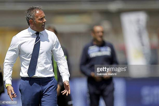 Manager of UC Sampdoria Sinisa Mihajlovic issues instructions to his players during the Serie A match between Empoli FC and UC Sampdoria at Stadio...