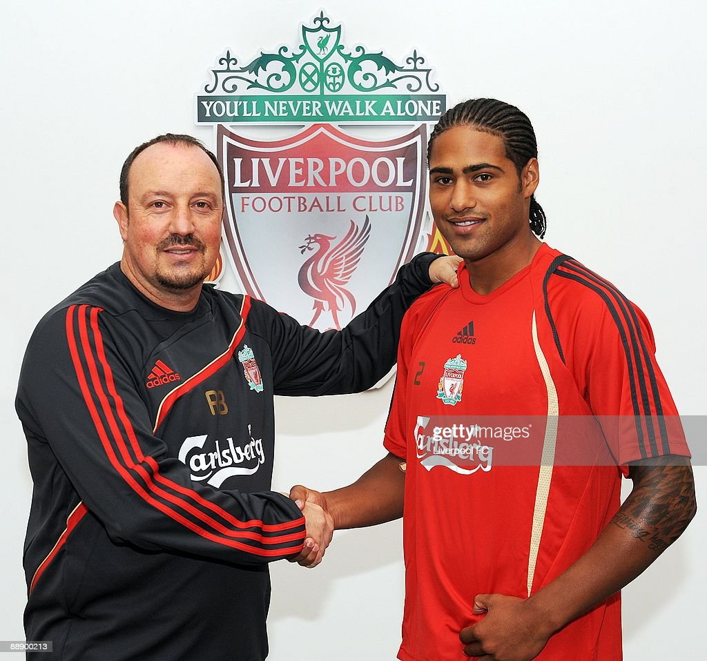 ¿Cuánto mide Rafa Benítez? Manager-rafael-benitez-of-liverpool-shakes-hands-with-new-signing-picture-id88900213