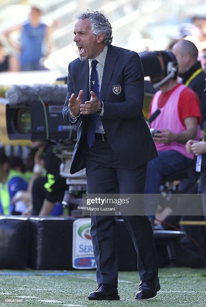 Manager <a gi-track='captionPersonalityLinkClicked' href=/galleries/search?phrase=Roberto+Donadoni&family=editorial&specificpeople=654860 ng-click='$event.stopPropagation()'>Roberto Donadoni</a> of Parma FC shouts instructions to his players during the Serie A match between Parma FC and Udinese Calcio at Stadio Ennio Tardini on April 14, 2013 in Parma, Italy.