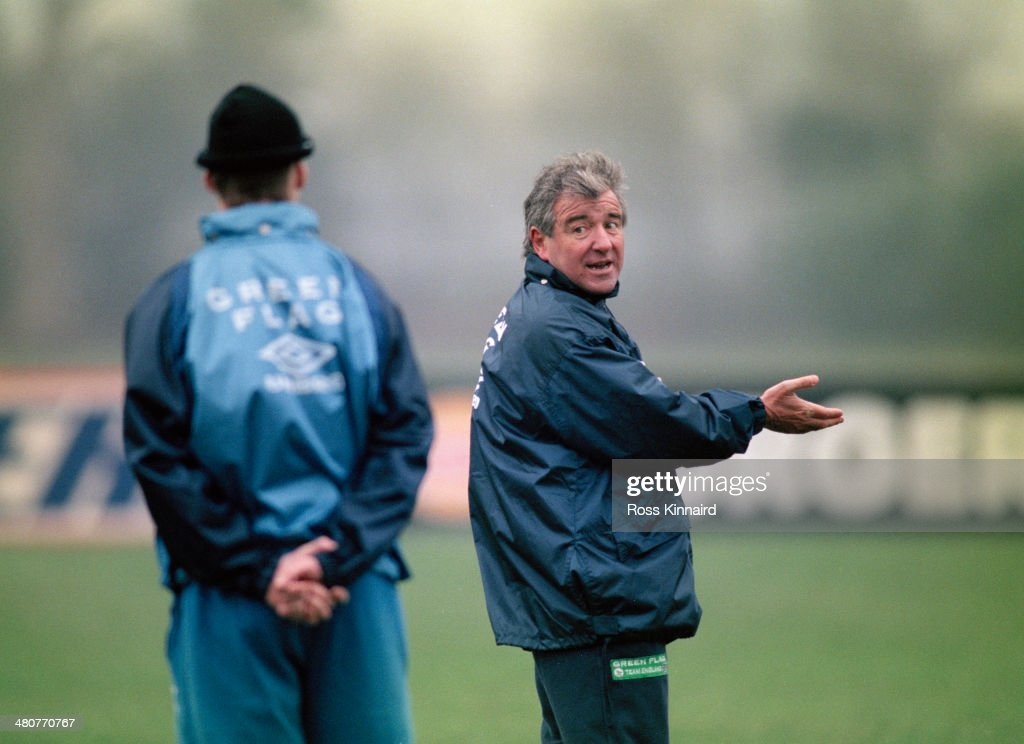 Manager <a gi-track='captionPersonalityLinkClicked' href=/galleries/search?phrase=Terry+Venables&family=editorial&specificpeople=240288 ng-click='$event.stopPropagation()'>Terry Venables</a> (right) at a training session of the England national football team at the Bisham Abbey sports centre in Berkshire, 24th January 1996.