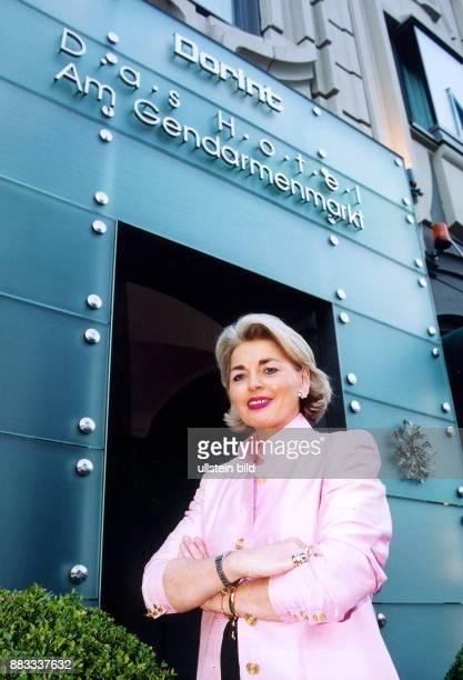 Managerin D Geschäftsführerin des Dorint Hotels am Gendarmenmarkt in Berlin vor dem Eingang des Dorint Hotels in Berlin Juli 2001