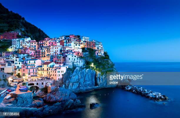 Manarola cinco tierras en la noche, Liguria Italia