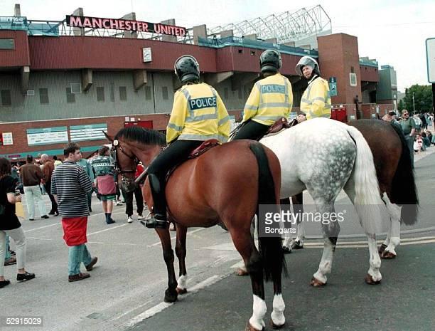 Manchester Berittene Polizei vor dem OLD TRAFFORD STADION in Manchester