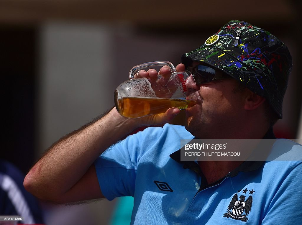 A Manchester City fan drinks a beer in the centre of Madrid on May 4, 2016 ahead of the UEFA Champions League semi-final second leg football match against Real Madrid. / AFP / PIERRE