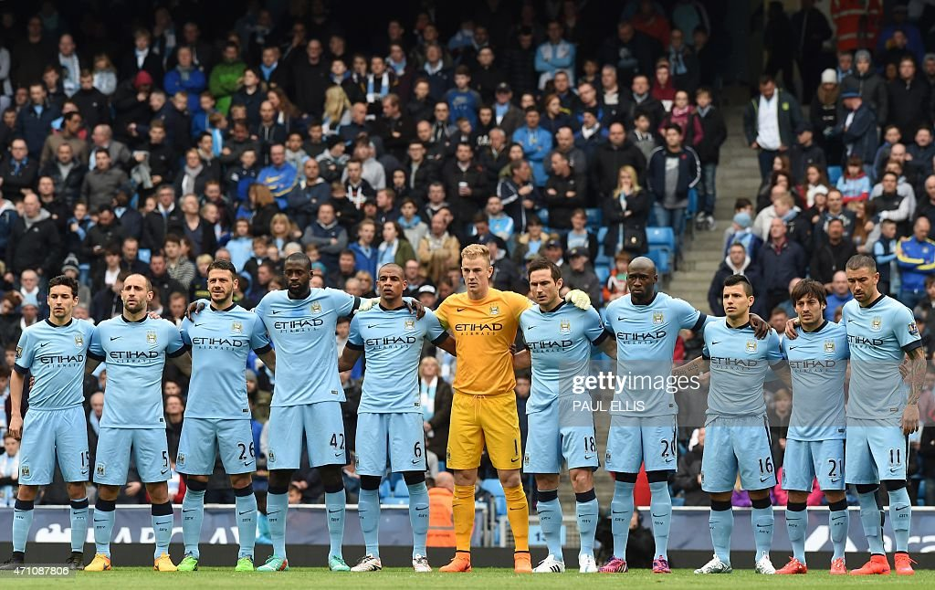 Hilo del Manchester City Manchester-city-team-stand-for-a-minutes-silence-before-the-english-picture-id471087806