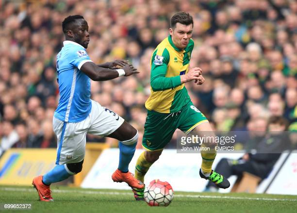 Manchester City's Bacary Sagna and Norwich City's Jonny Howson battle for the ball