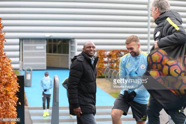 Manchester City's Brain Kidd and James Horsfield speak with NYCFC's Patrick Vieira before training